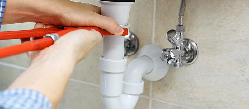 Comment réparer une fuite sous le lavabo ?
