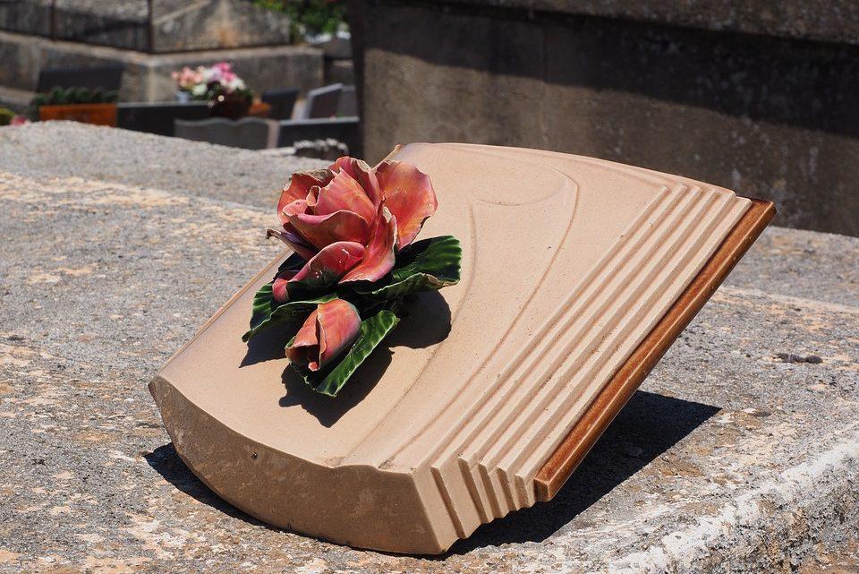 Choisir le type de matériau pour une plaque commémorative